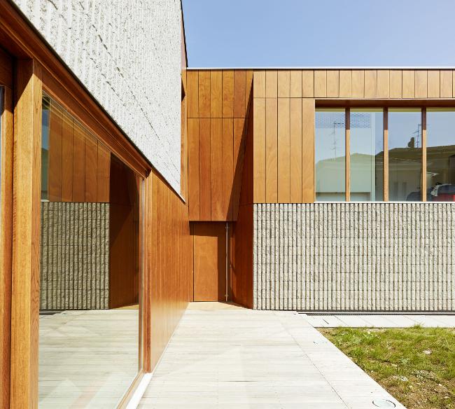 Elewacja imitująca drewno, tynk dekoracyjny, elastyczne deski, styropianowe deski, inspiracje