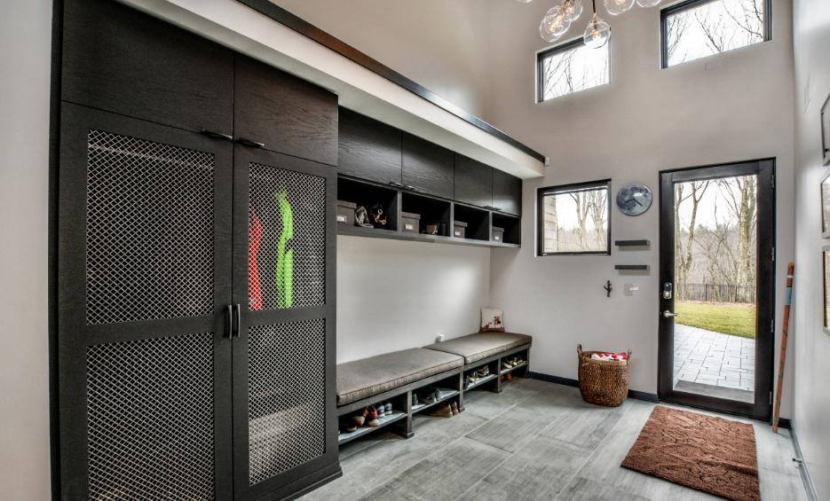 A jeżeli może być minimalistycznie, może być również bardzo nowocześnie. Spójrzcie na ten niezwykły przykład! (Źródło: Trilogy Cabinets & Design)