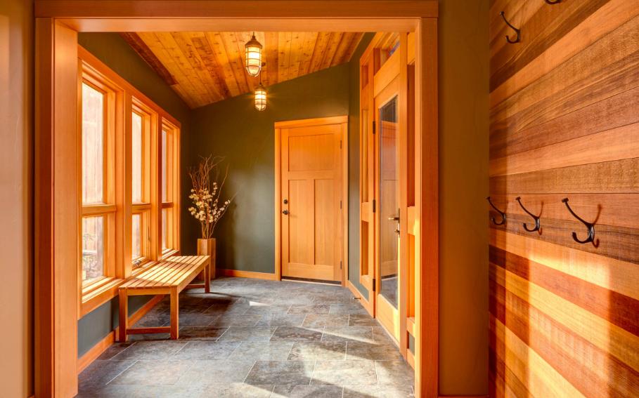 Przepiękne drewno w ciepłym kolorze definiuje to niezwykłe wnętrze. Jest jasno, elegancko i przestronnie, a zarazem bardzo przytulnie. (Źródło: WillowRidge Construction)